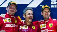 Charles Leclerc a Sebastian Vettel na pódiu po závodě v Singapuru