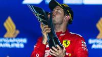 Sebastian Vettel se svou trofejí za první místo po závodě v Singapuru