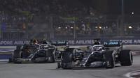 Lewis Hamilton a Valtteri Bottas v závodě v Singapuru