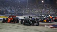 Lewis Hamilton a Sebastian Vettel v závodě v Singapuru