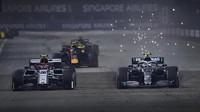 Antonio Giovinazzi a Valtteri Bottas v závodě v Singapuru