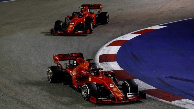 Sebastian Vettel a Charles Leclerc v závodě v Singapuru