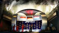 Oslavy na pódiu po závodě v Singapuru