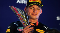 Max Verstappen se svou trofejí za třetí místo po závodě v Singapuru