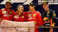 Tři nejlepší jezdci na pódiu po závodě v Singapuru