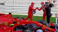 Sebastian Vettel gratuluje Charlesovi Leclercovi po úspěšné kvalifikaci v Soči