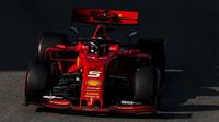 Sebastian Vettel s Ferrari SF90, které je na rovinkách suverénně nejrychlejší