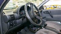 Na opotřebení volantu je vidět, ve které poloze měl majitel nejčastěji ruce (ruku)