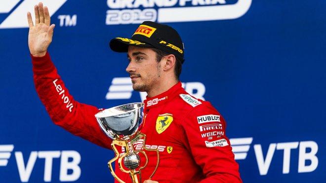 Charles Leclerc se svou trofejí za třetí místo po závodě v Soči