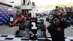 Lewis Hamilton slaví vítězství v závodě v Soči