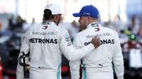 Lewis Hamilton a Valtteri Bottas po závodě v Soči