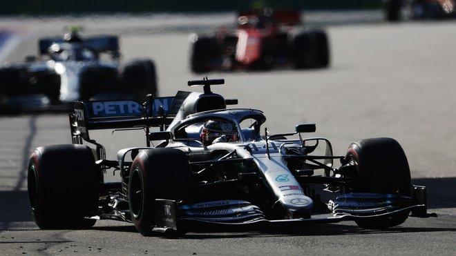 Lewis Hamilton si po zastávkách vedení pohlídal, Charles Leclerc s Ferrari skončil až třetí
