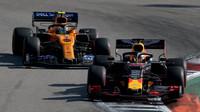 Max Verstappen a Lando Norris v závodě v Soči