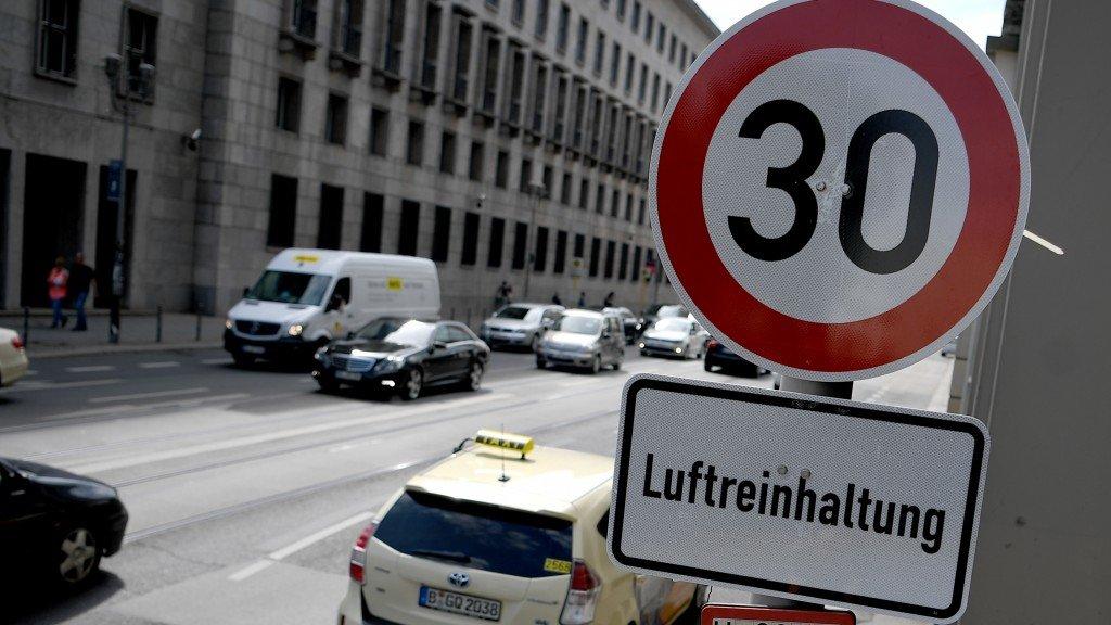 Rychlostní limit 30 km/h nemá u moderních vozů pozitivní vliv ani na spotřebu ani na emise