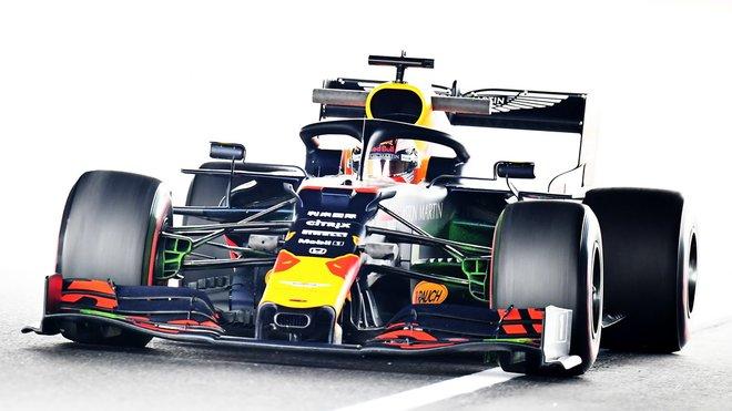 Zvládne Max Verstappen udržet po startu obě Ferrari za sebou?