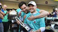 Valtteri Bottas při oslavách konstruktérského titulu s Mercedesem