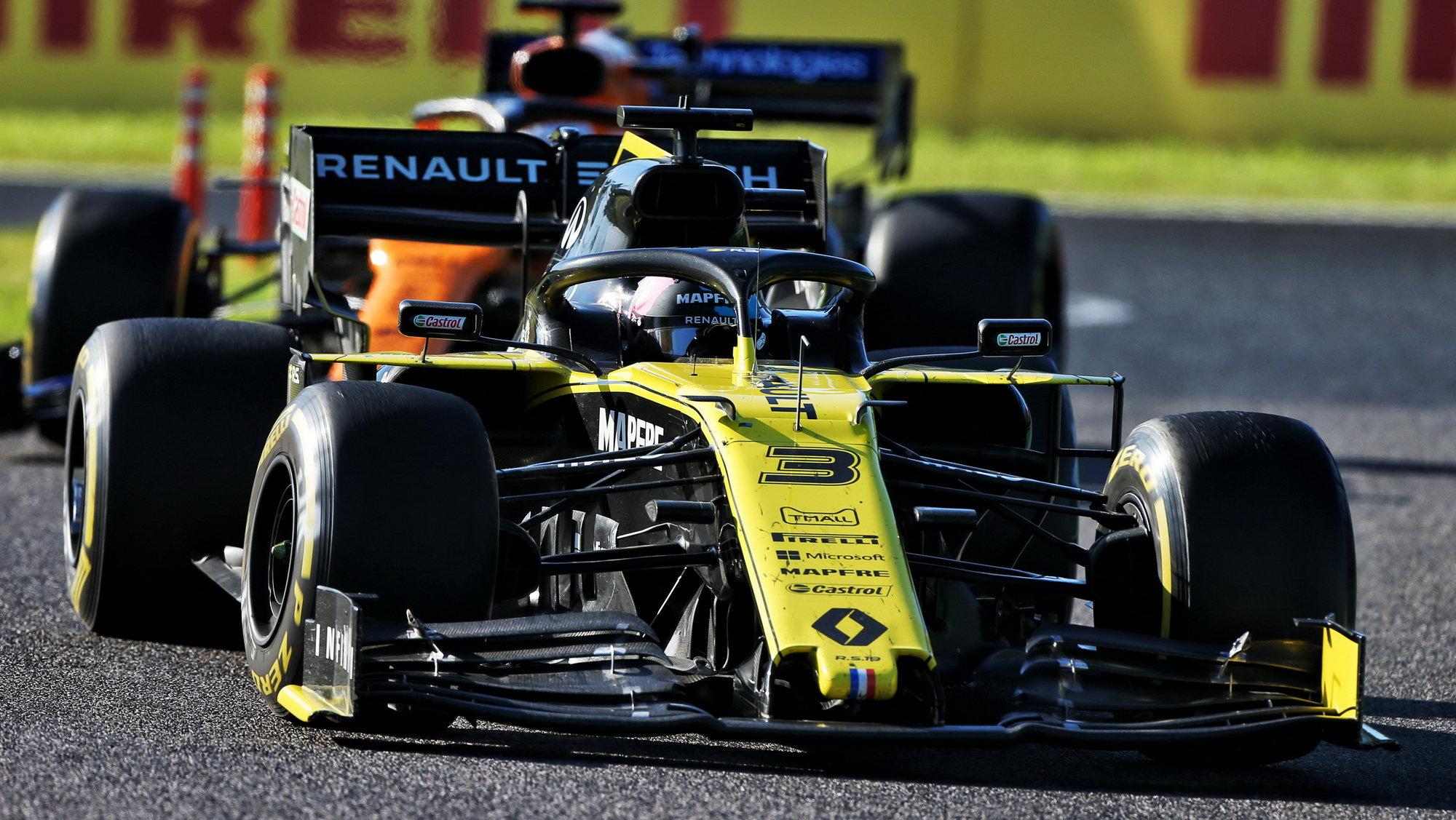 Daniel Ricciardo v Suzuce před McLarenem Carlose Sainze