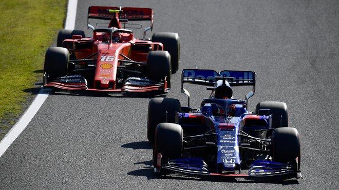 Daniil Kvjat s vozem Toro Rosso poháněným Hondou před rudým Ferrari Charlese Leclerca