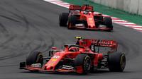 Piloti Ferrari Charles Leclerc a Sebastian Vettel na závodním okruhu