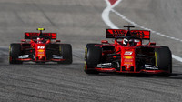 Sebastian Vettel před Charlesem Leclercem v Austinu