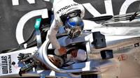 Valtteri Bottas gratuluje Lewisovi Hamiltonovi k mistrovskému titulu po závodě v americkém Austinu