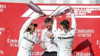 Tým Mercedes slaví na pódiu po závodě v americkém Austinu
