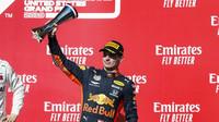 Max Verstappen se svou trofejí za druhé místo po závodě v americkém Austinu