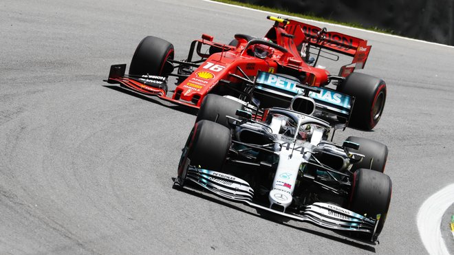Mladý Charles Leclerc pronásleduje zkušeného Lewise Hamiltona
