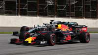Max Verstappen si Lewise Hamiltona na brazilských rovinkách několikrát podal