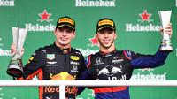 Max Verstappen a Pierre Gasly na pódiu po závodě v Brazílii