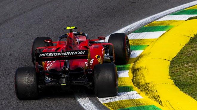 Charles Leclerc s monopostem Ferrari v Brazílii