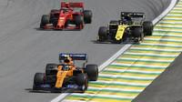 Lanco Norris, Daniel Ricciardo a Charles Leclerc v závodě v Brazílii