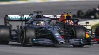 Lewis Hamilton a Max Verstappen v závodě v Brazílii