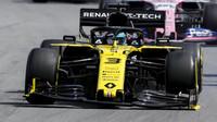 Daniel Ricciardo s poškozených předních křídlem v závodě v Brazílii