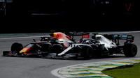 Max Verstappen v souboji s Lewisem Hamiltonem v závodě v Brazílii