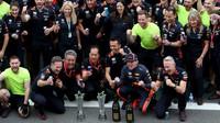 Oslavy týmu Red Bull po vítězství v závodě v Brazílii