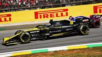 Daniel Ricciardo a Lance Stroll v závodě v Brazílii