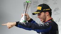 Pierre Gasly se svou trofejí za druhé místo v závodě v Brazílii