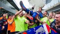 Pierre Gasly se raduje z druhého místa po závodě v Brazílii