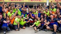 Oslavy týmu Toro Rosso po závodě v Brazílii