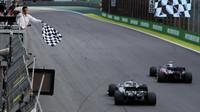 Pierre Gasly a Lewis Hamilton v cíli závodu v Brazílii