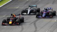Alexander Albon, Pierre Gasly a Lewis Hamilton v závodě v Brazílii