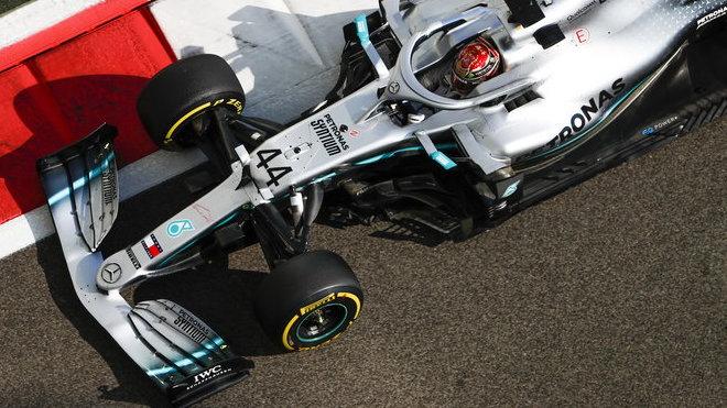 Lewis Hamilton s Mercedesem W10 v Abú Zabí