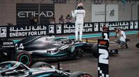 Lewis Hamilton po vítězné kvalifikaci v Abú Zabí