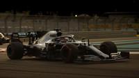 Lewis Hamilton během kvalifikace pod umělým osvětlením