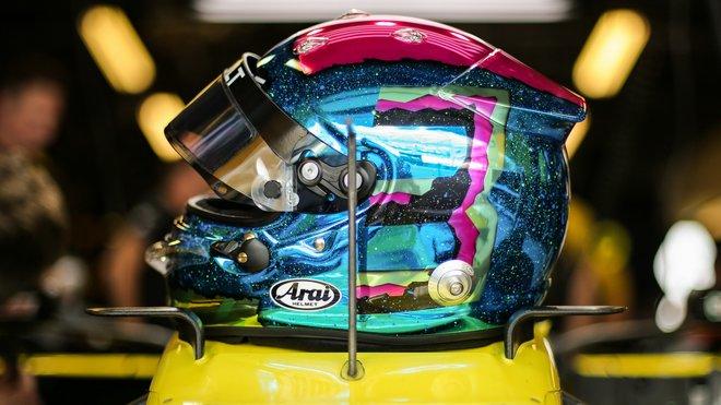 Přilba Daniela Ricciarda v Abú Zabí