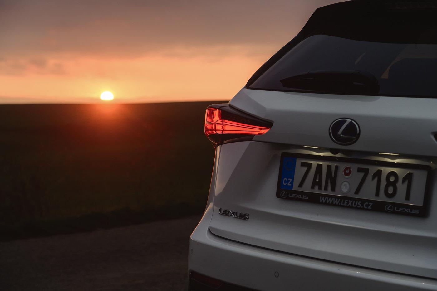 Lexus NX při západu slunce na Pálavě