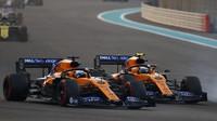Carlos Sainz a Lando Norris v závodě v Abú Zabí