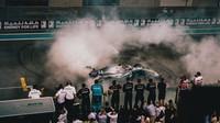Lewis Hamilton slaví vítězství v závodě v Abú Zabí