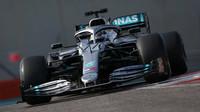 Valtteri Bottas s Mercedesem W10 během testů pneumatik v Abú Zabí